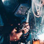 Homem trabalhando com um equipamento de solda