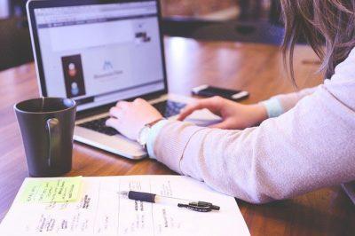 Mulher fazendo treinamento de EAD na Segurança do Trabalho em um laptop