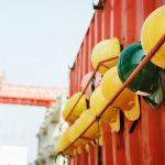 Capacetes de segurança presos a um container