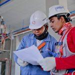 Engenheiro em Segurança do Trabalho analisando papéis