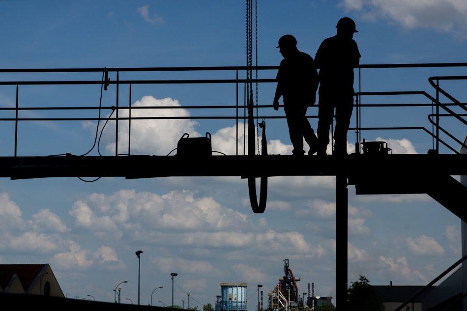 Trabalhadores em um andaime de uma construção