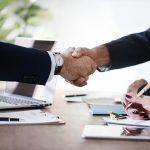 cumprimento de mão para selar novas parcerias