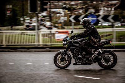 Motoboy trafegando em uma rua