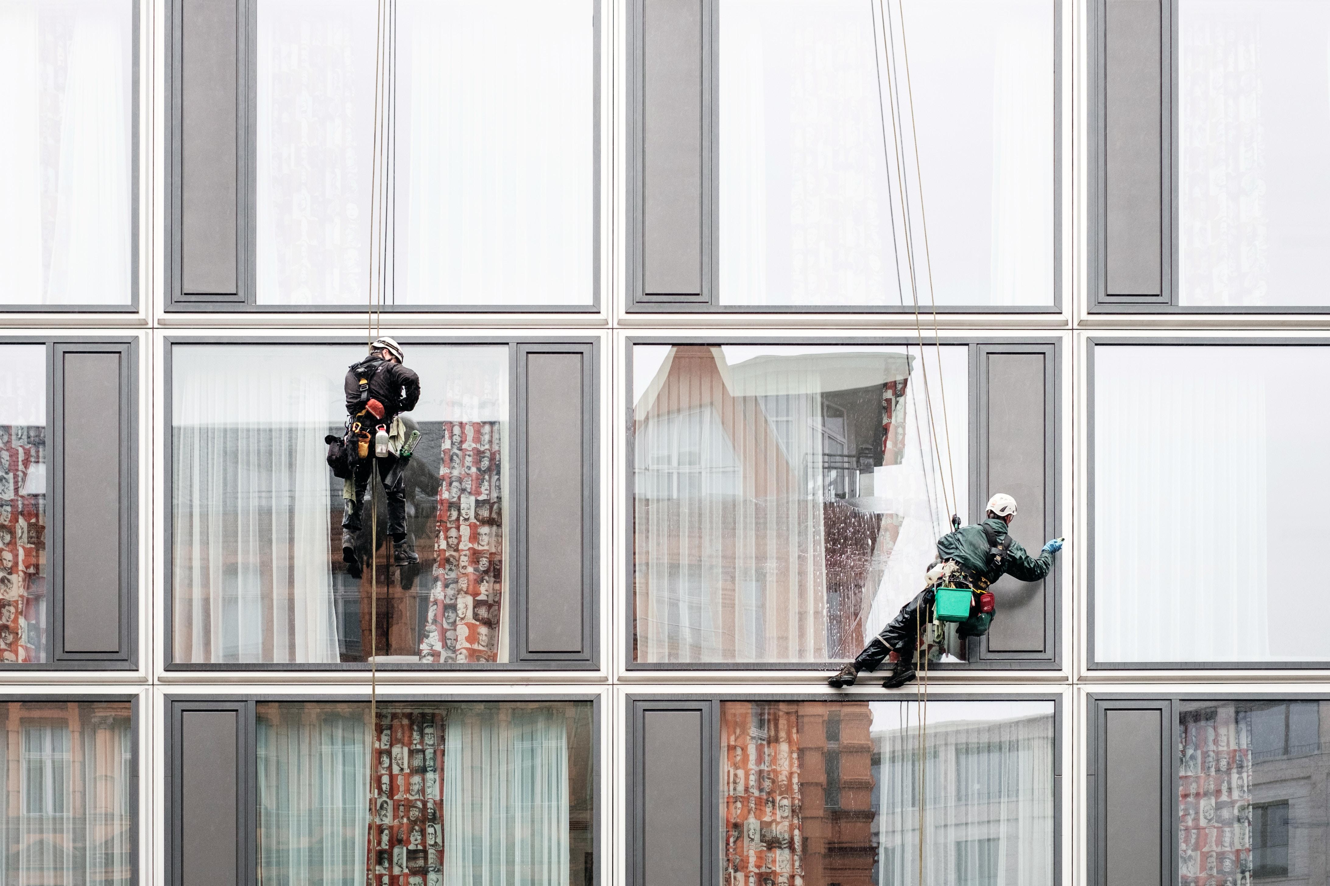 Homens limpando vidros