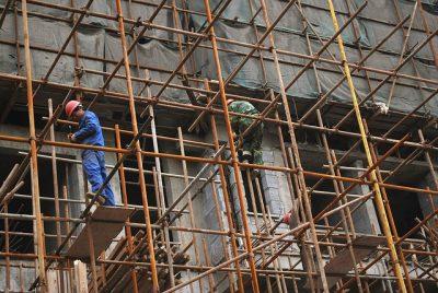 Homens trabalhando em andaimes